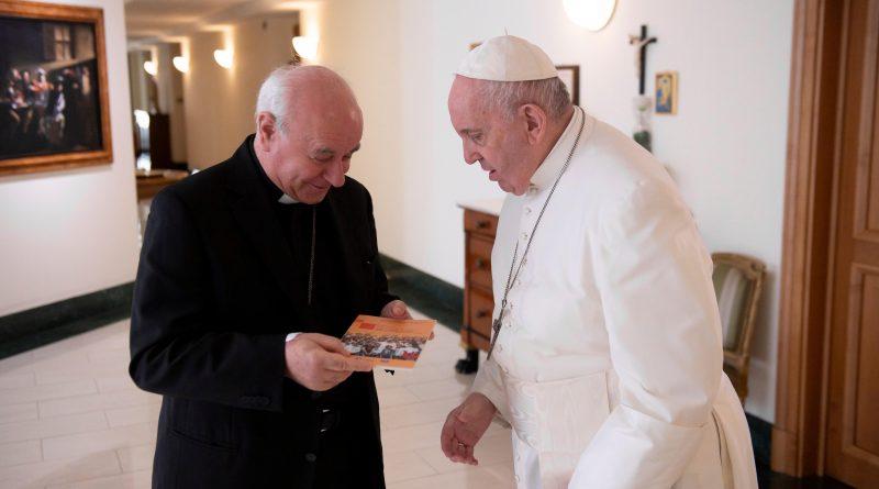 """A Papa Francesco la prima copia di """"L'amore che riapre la storia"""""""